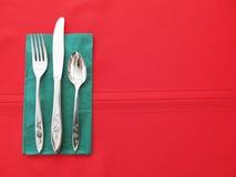 红色和选材台餐位餐具背景 免版税库存照片