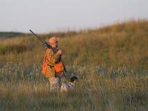 Охотник с его собакой Стоковое Изображение RF