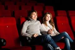 Νέο ζεύγος στον κινηματογράφο Στοκ εικόνα με δικαίωμα ελεύθερης χρήσης
