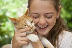 女孩纵向有猫的 库存图片