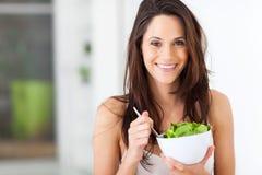 妇女吃健康 免版税库存图片