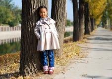 亚裔小女孩在秋天 库存照片