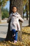 亚裔小女孩在秋天 免版税库存照片