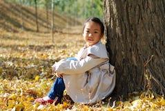 亚裔小女孩在秋天 免版税库存图片