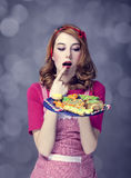 红头发人妇女用曲奇饼 库存照片