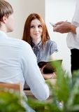 男人和妇女做命令在咖啡馆 免版税库存照片