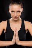 执行瑜伽的微笑的少妇纵向  免版税库存照片