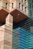 与输电线的现代大厦 免版税图库摄影