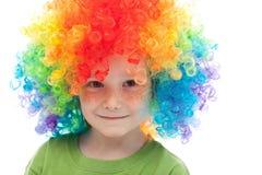 有雀斑和小丑头发的逗人喜爱的男孩 免版税库存照片
