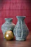 花瓶赤土陶器和黄色蜡烛 免版税图库摄影