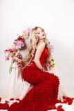 有红色构成和玫瑰的美丽的方式女孩。 免版税库存图片
