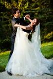 Χορεύοντας γαμήλιο ζεύγος Στοκ φωτογραφία με δικαίωμα ελεύθερης χρήσης