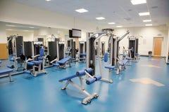 一间现代健身房的内部 免版税库存图片