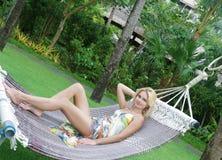放松在自然本底的美丽的妇女 免版税库存图片