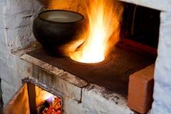 俄国火炉和老铸铁罐 免版税库存照片