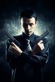 与二把手枪的凶手 免版税库存照片