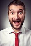 有胡子的兴奋年轻人 免版税库存图片