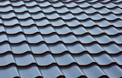蓝色金属瓦屋顶 库存图片