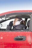 逗人喜爱的女孩在汽车打喷嚏 免版税库存图片