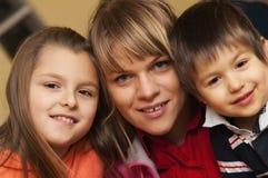 Χαμογελώντας μητέρα και παιδιά   Στοκ φωτογραφία με δικαίωμα ελεύθερης χρήσης