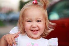 可爱的笑的女孩 免版税库存照片