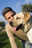 Человек в парке с его собакой Стоковая Фотография RF