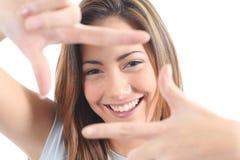 构成她的与手指的美丽的妇女表面 免版税库存图片