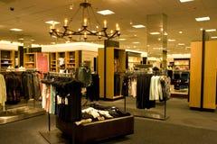 Стильная одежда женщины в магазине Стоковая Фотография