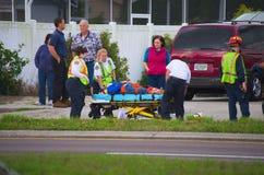 对受伤的步行者的紧急响应 库存图片