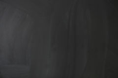 Κενός κενός μαύρος πίνακας κιμωλίας με τα ίχνη κιμωλίας Στοκ Φωτογραφία