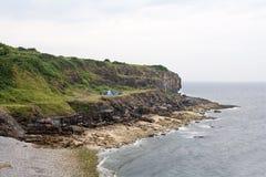 通配野营在海岸。 免版税库存图片