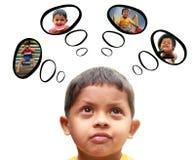 Νέο ινδικό παιδί (αγόρι) που ονειρεύεται το παιχνίδι, κατανάλωση, διασκέδαση Στοκ Φωτογραφία