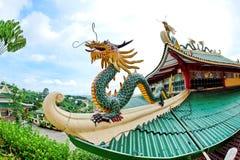 在宿务道士寺庙屋顶的龙雕塑 库存照片