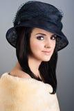美丽的妇女减速火箭的样式纵向帽子的 免版税库存图片