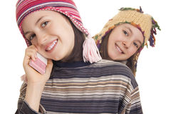美丽的女孩在温暖的冬天给发表演讲关于移动电话穿衣 库存照片