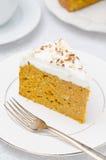 南瓜蛋糕部分与奶油色特写镜头的 库存照片