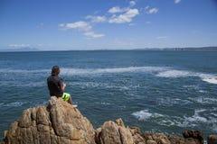 由海运的新十几岁的男孩捕鱼 免版税库存照片