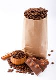 纸袋用咖啡豆和巧克力。 库存照片