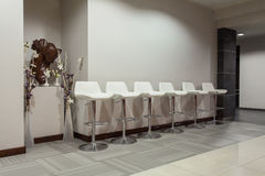 Гостиница полесья - белые стулы Стоковая Фотография