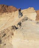 在峡谷的灰发的人照片 免版税库存图片