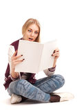 一本少妇读取杂志的纵向 免版税图库摄影