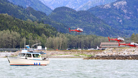 Σολομός της Αλάσκας που αλιεύει, γύροι ελικοπτέρων Στοκ Φωτογραφίες