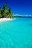 热带海岛在有沙滩的斐济 免版税库存照片