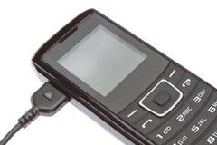 移动电话,当充电时。 免版税库存图片