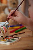 Красить пасхального яйца Стоковые Фото