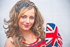 有英国国旗标志的妇女。 图库摄影