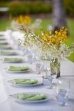 海滩婚礼装饰表设置和花 免版税库存照片