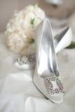 婚礼穿上鞋子白色玫瑰花束 免版税库存图片
