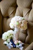 在椅子的婚礼花束 库存照片
