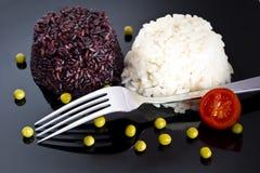 混杂的米用在黑色的盘子的绿豆 免版税库存照片